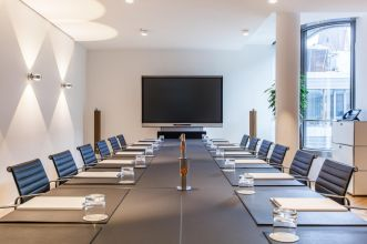 Lease conference rooms with large conference tables in Hamburgs city centre