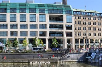 Ready-to-go office suites located in the centre of Hamburg with view of the Alster and City hall
